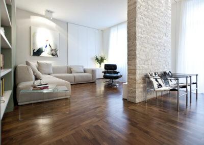Appartamento in Gallarate pav. in legno e parete in spacco di marmo