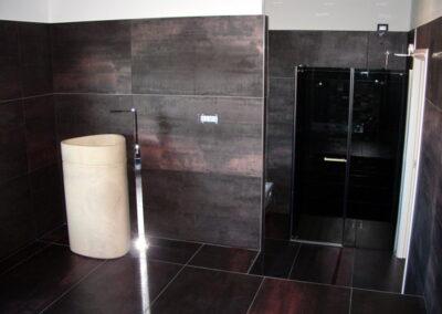 Bagno a Bergamo effetto Corten e lavabo free standing in marmo