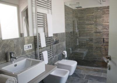Bagno di hotel in pietra levigata e naturale