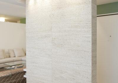 abitazione privata in Gallarate parete monolitica marmo poro aperto