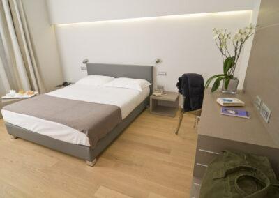 camera di Hotel in pav. legno Fiemme olio bianco